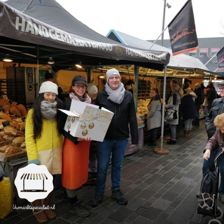 Nieuwjaarspakket uitgereikt markt Almere