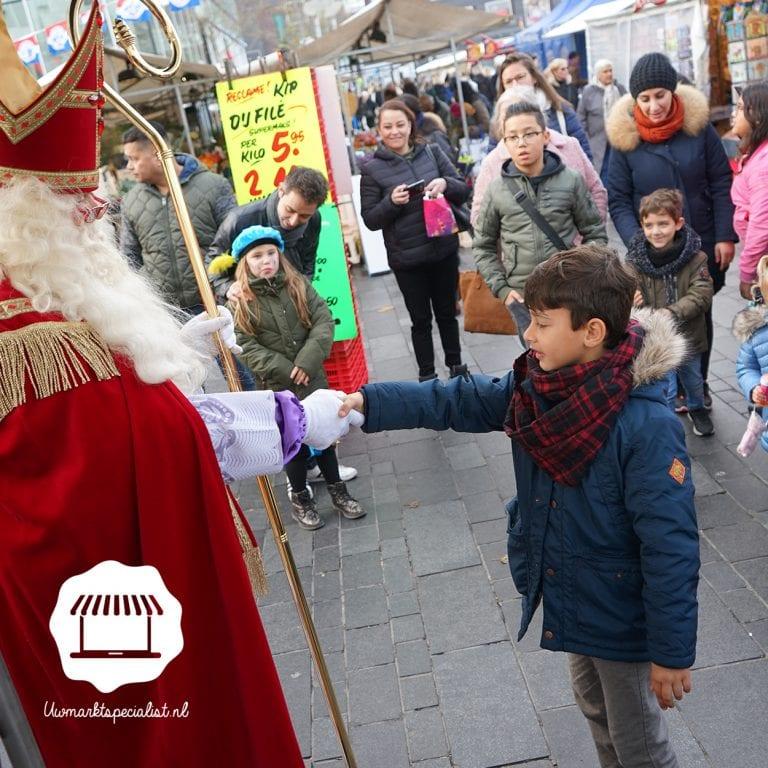 Naar de markt tijdens de intocht van Sinterklaas